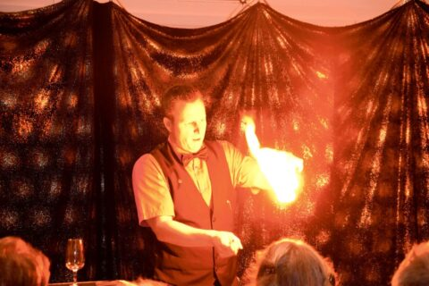 Roger Zeller spielt mit dem Feuer