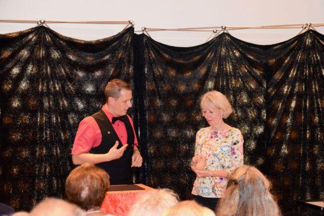 Roger Zeller zeigt vor Publikum seine Zaubershow