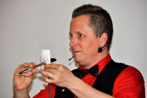 Roger Zeller zeigt einen Trick mit Messer und Gabel