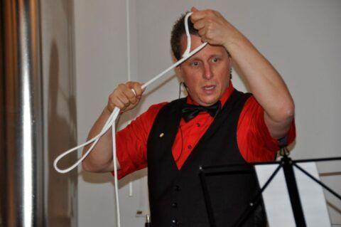 Roger Zeller zeigt einen Seiltrick