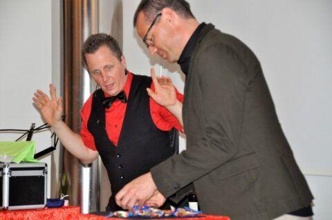 Roger Zeller involviert einen Zuschauer in seine Zaubershow
