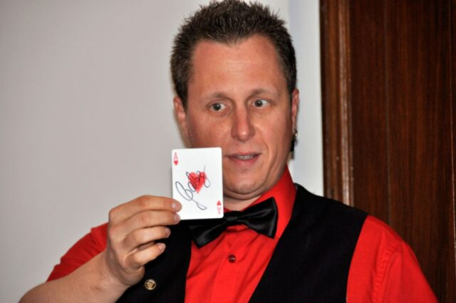 Roger Zeller hält eine beschriftete Karte in seinen Händen